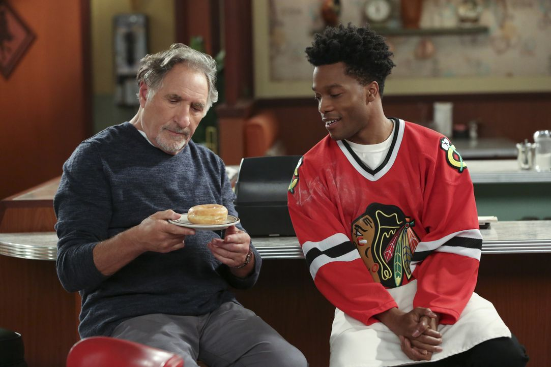 Auch wenn es Arthur (Judd Hirsch, r.) gefällt, dass Franco (Jermaine Fowler, l.) neue Kunden für den Donutladen anwerben will, gefallen ihm die sond... - Bildquelle: Michael Yarish 2016 CBS Broadcasting, Inc. All Rights Reserved. / Michael Yarish