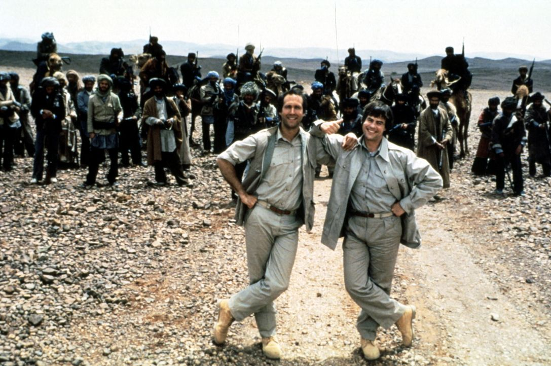 Abenteuerurlaub in Pakistan, Afghanistan und der Sowjetunion: Emmett (Chevy Chase, l.) und Austin (Dan Aykroyd, r.) haben als Geheimagenten-Neulinge... - Bildquelle: Warner Bros.