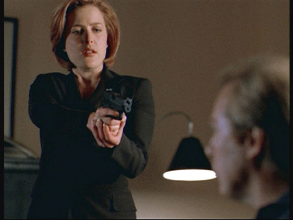 Scully (Gillian Anderson, l.) traut der Identität ihres Gegenübers nicht mehr: Ist es Fox Mulder oder Morris Fletcher? - Bildquelle: TM +   2000 Twentieth Century Fox Film Corporation. All Rights Reserved.