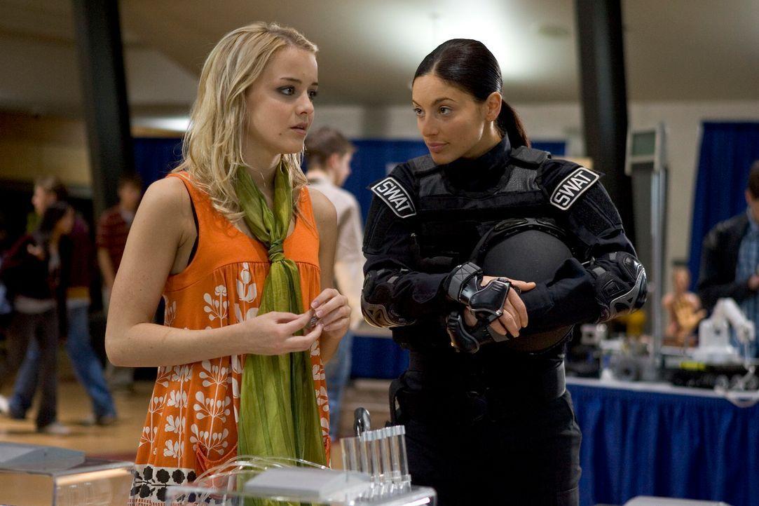 Ahnen nicht was auf sie zukommt: Zoe (Jordan Hinson, l.) und Jo (Erica Cerra, r.) ... - Bildquelle: Universal Television