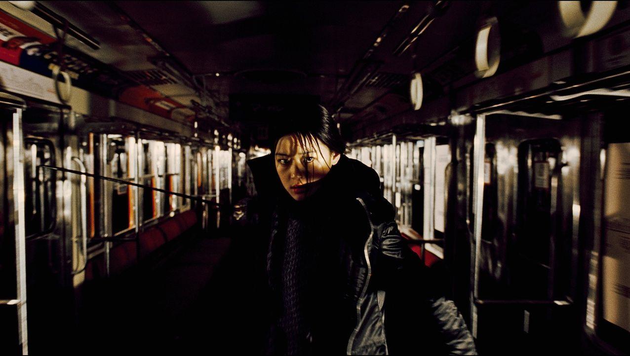 Sayas (Gianna Jun) neuer Auftrag führt sie an eine US-Militärbasis in Tokio, wo sie mit übermenschlichen Kräften gegen die Vampirpatriarchin Onigen...