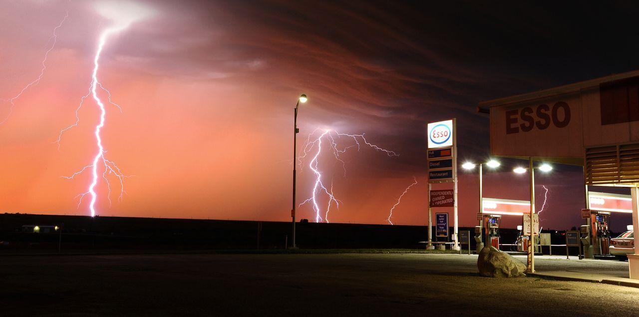 Nichts kann die drei Tornado Hunter stoppen, wenn sie auf der Jagd nach der perfekten Aufnahme riesigen Stürmen hinterherjagen ...