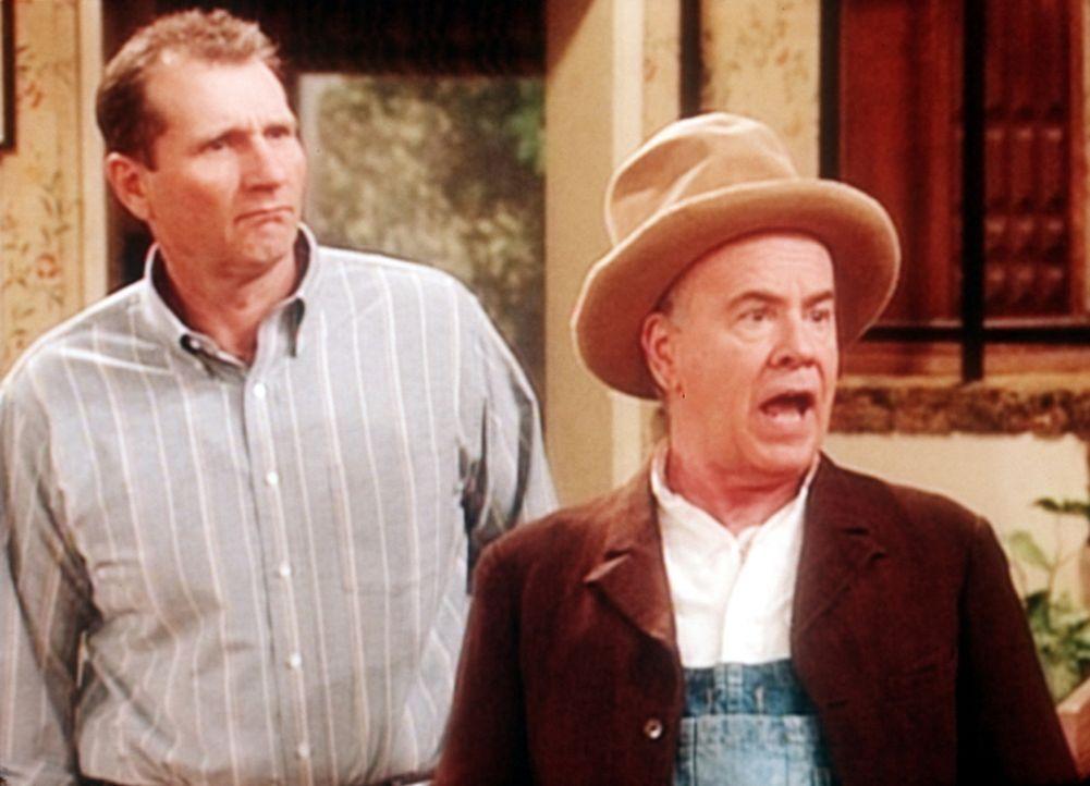Al (Ed O'Neill, l.) ist erschüttert, weil sein Schwiegervater (Tim Conway, r.) eine pralle Blondine auf eine Weltreise einlädt. - Bildquelle: Sony Pictures Television International. All Rights Reserved.