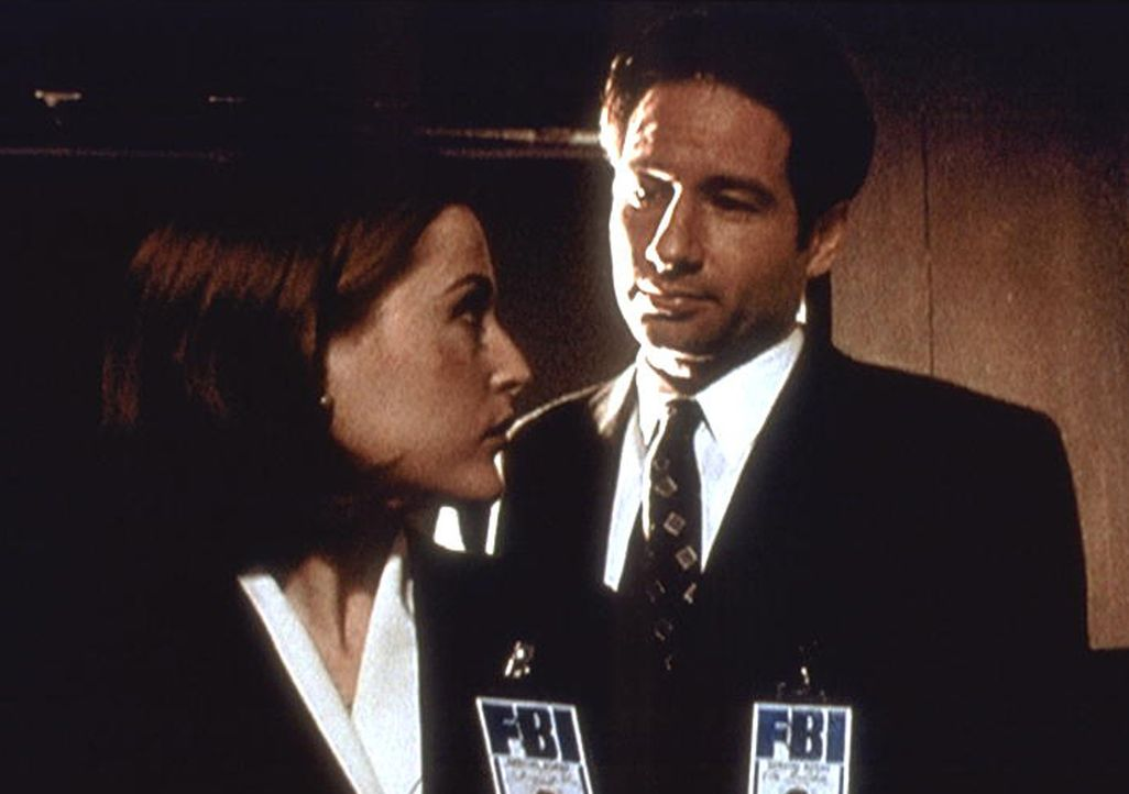 Scully (Gillian Anderson, l.) fühlt sich bei der Bearbeitung dieses Falles von Mulder (David Duchovny, r.) bevormundet. - Bildquelle: TM +   2000 Twentieth Century Fox Film Corporation. All Rights Reserved.