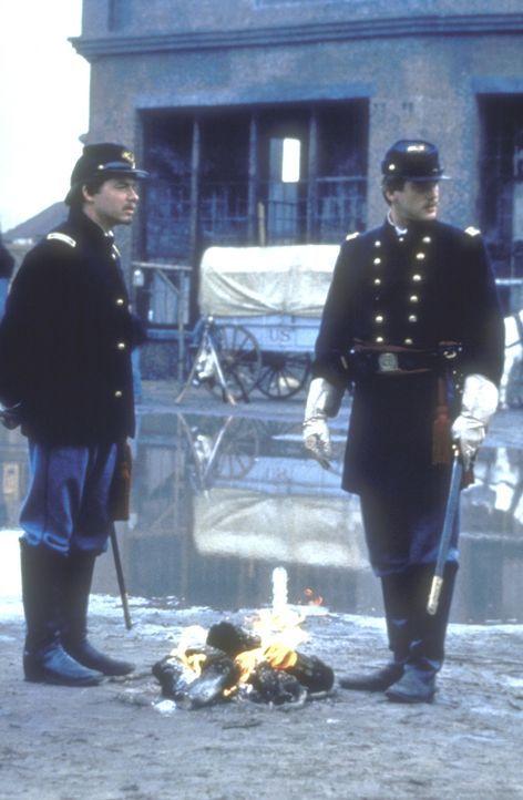 Gegen alle Widerstände ihrer Vorgesetzten gelingt es Colonel Shaw (Matthew Broderick, l.) und Major Forbes (Cary Elwes, r.) dennoch, aus den Rekrute... - Bildquelle: TriStar Pictures