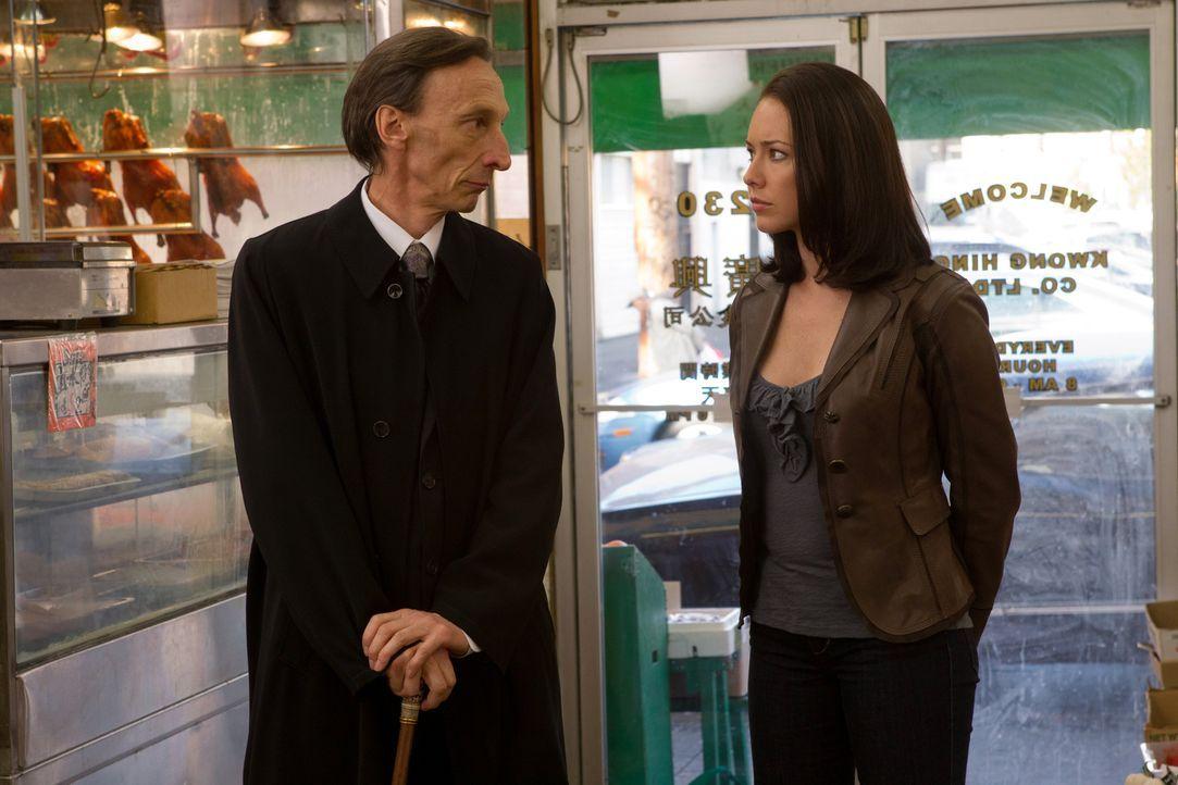 Können und wollen der Tod (Julian Richings, l.) und seine Angestellte Tessa (Lindsey McKeon, r.) ihrem alten Bekannten helfen? - Bildquelle: Warner Bros. Television