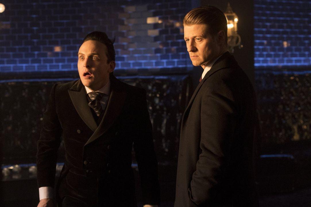Für Pinguin (Robin Lord Taylor, l.), Gordon (Ben McKenzie, r.) und Sofia wird es komplizierter, als plötzlich Carmine Falcone in Gotham auftaucht ..... - Bildquelle: 2017 Warner Bros.