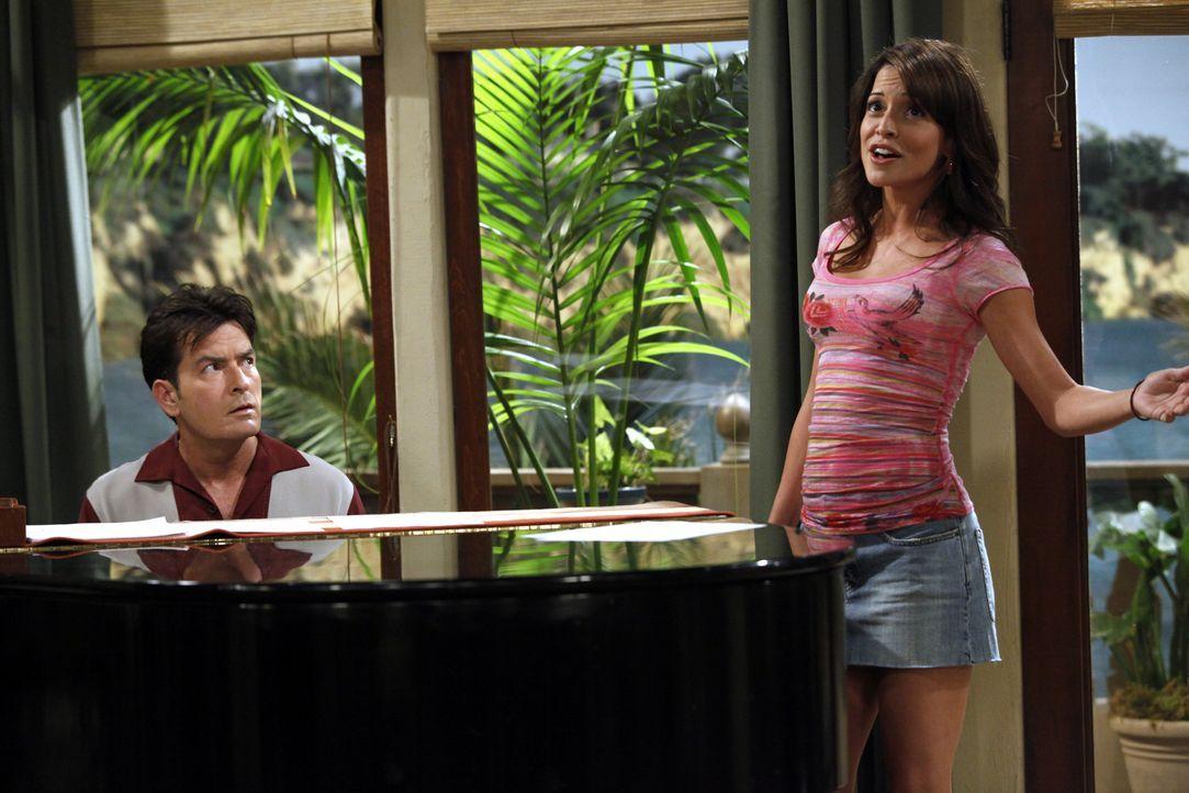 Charlie (Charlie Sheen, l.) trifft seine Ex-Verlobte Mia (Emmanuelle Vaugier, r.) wieder, die ihn offensichtlich noch liebt. Sie will Sängerin werde... - Bildquelle: Warner Bros. Television