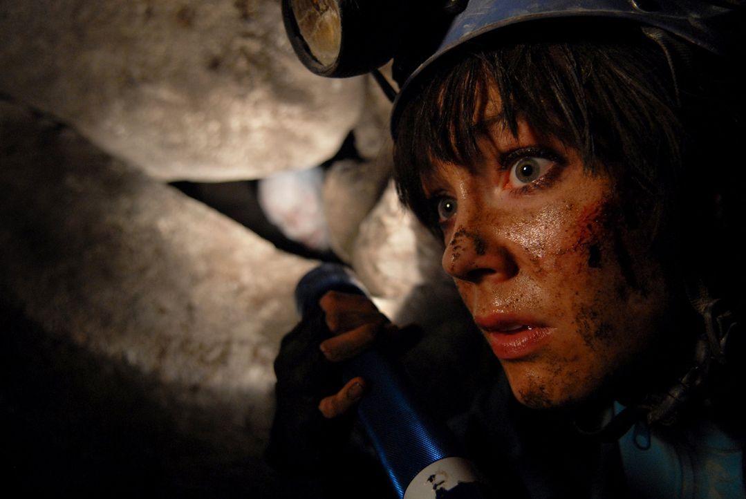 Als Teile der Höhlendecke einstürzen, wird Cathy (Anna Skellern) durch die Gesteinsmassen von den anderen isoliert und in einem Hohlraum eingeschlos...