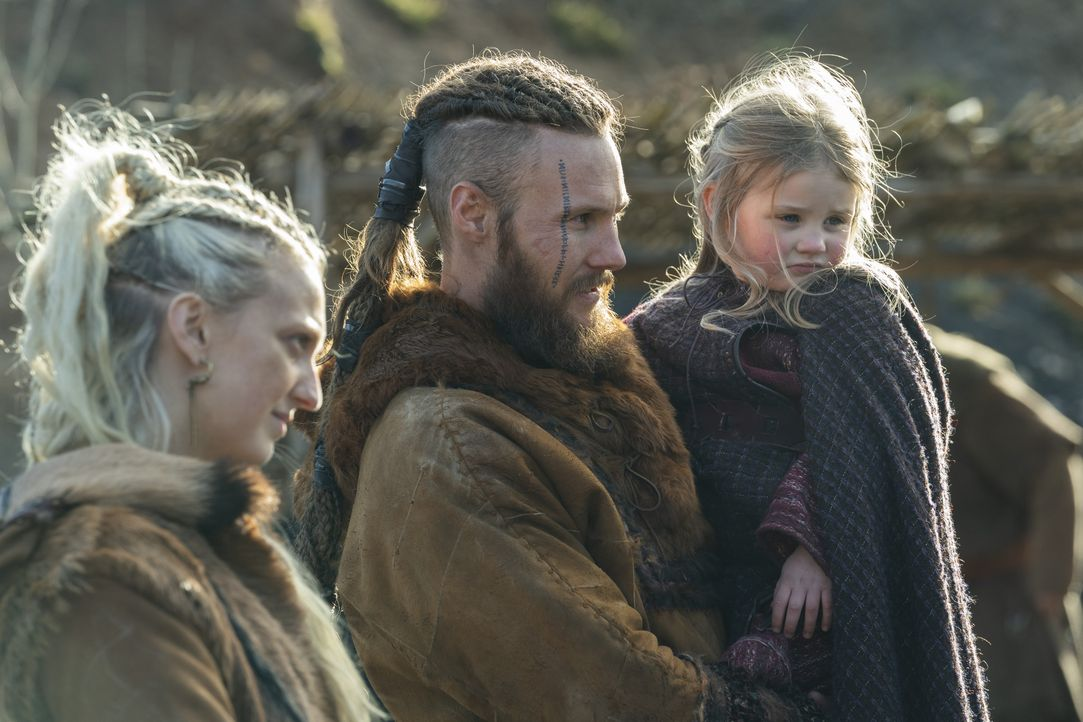 (v.l.n.r.) Torvi (Georgia Hirst), Übbe (Jordan Patrick Smith), Asa (Elodie Curry) - Bildquelle: 2020 TM Productions Limited / T5 Vikings IV Productions Inc. All Rights Reserved. An Ireland-Canada Co-Production.