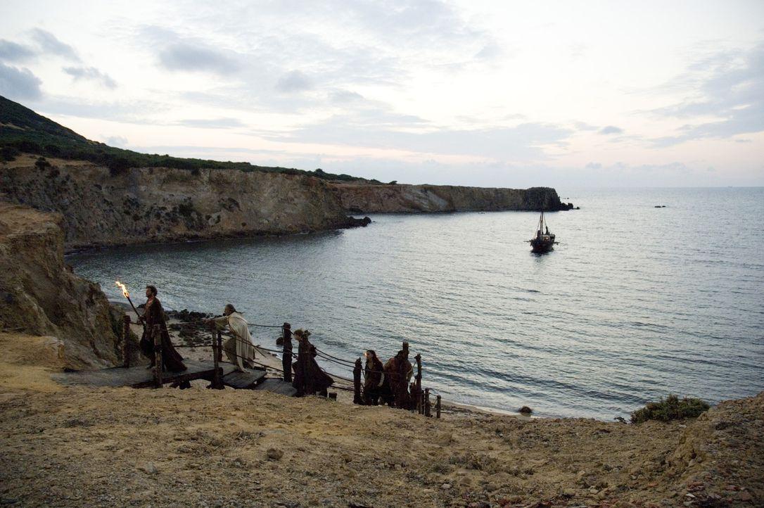 Verfolgt von den Goten führt Aurelius (Colin Firth, l.) seine Freunde auf die Insel Britannien, wo die neunte Legion stationiert ist - die letzte lo... - Bildquelle: TOBIS Filmkunst GmbH & Co. Verleih KG