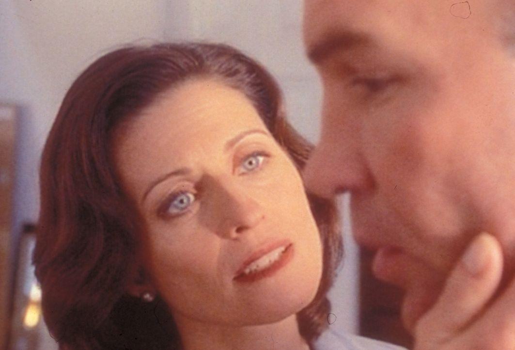 Obwohl sie kurz vor der Scheidung stehen, will Sharon (Jennifer Hetrick, l.) ihrem Mann, Walter S. Skinner (Mitch Pileggi, r.), helfen, den schreckl... - Bildquelle: TM +   2000 Twentieth Century Fox Film Corporation. All Rights Reserved.