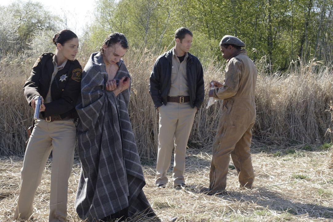 Carter (Colin Ferguson, 2.v.r.) und Henry (Joe Morton, r.) haben alle Hände voll zu tun, Spencer (Shayn Solberg, 2.v.l.) und Jo Lupo (Erica Cerra, l... - Bildquelle: Universal Television