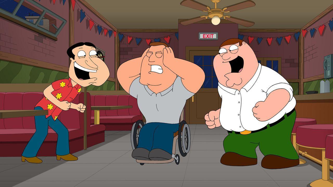 Als Peter (r.) und Quagmire (l.) in einen Streit geraten, sieht sich Joe (M.) außerstande, den Streit zwischen den beiden zu schlichten ... - Bildquelle: 2014 Twentieth Century Fox Film Corporation. All rights reserved.
