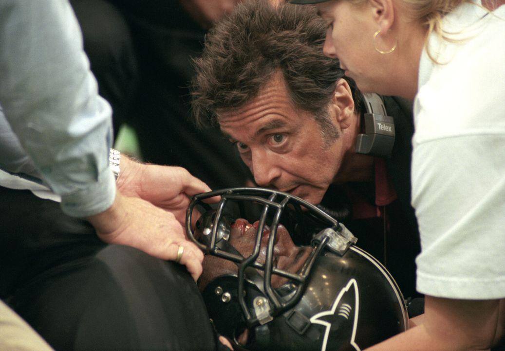Nach dem Ausfall des Quarterbacks hat Footballtrainer Tony D'Amato (Al Pacino) schon wieder ein neues Problem ... - Bildquelle: Warner Brothers