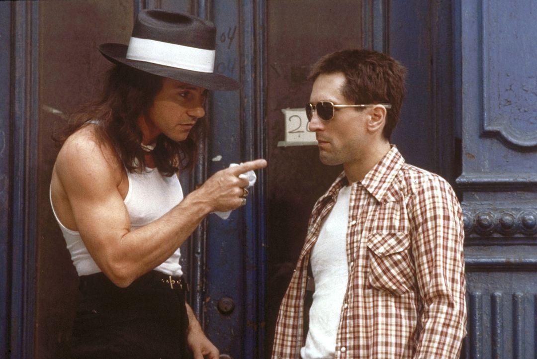 Travis Bickle (Robert De Niro, r.) hat sich in den Kopf gesetzt, die 12-jährige Prostituierte Iris in ihr Elternhaus zurückzubringen, doch ihr Zuhäl... - Bildquelle: Columbia Pictures