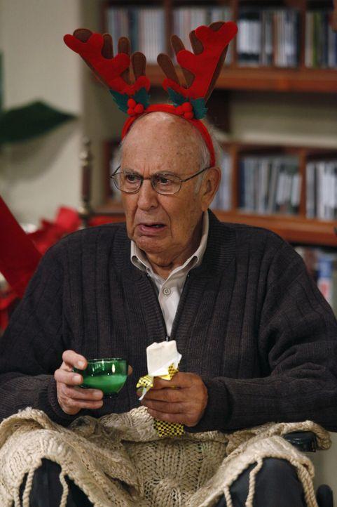 Evelyn taucht mit Marty (Carl Reiner) auf, von dem sie sich ein gutes Immobiliengeschäft erhofft, wenn sie den Weihnachtsabend mit ihm bei ihren Söh... - Bildquelle: Warner Brothers