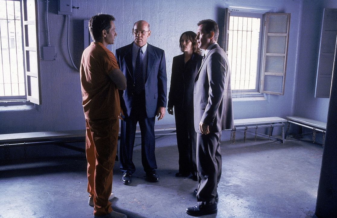 (v.l.n.r.) Da das Urteil gegen den Angeklagten Mulder bereits fest steht, beraten er selbst (David Duchovny), Skinner (Mitch Pileggi), Reyes (Annabe... - Bildquelle: TM +   Twentieth Century Fox Film Corporation. All Rights Reserved.