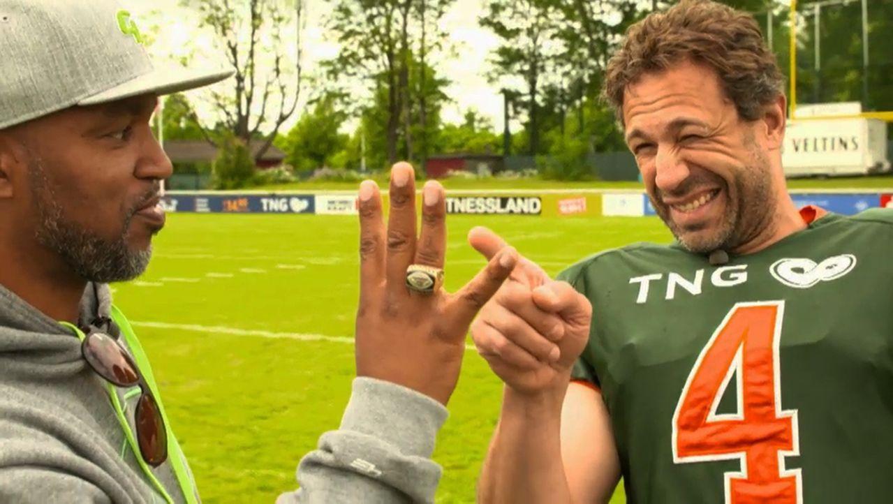 Um sich gegen die echten Football-Profis durchsetzen zu können, bekommt Evil Jared Hasselhoff (r.) Tipps von Ex-Profi und #ran-NFL-Experten Patrick... - Bildquelle: ProSieben MAXX