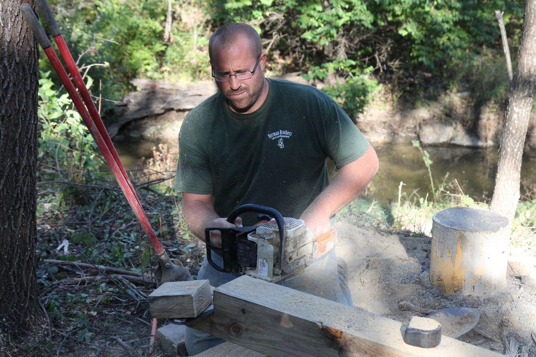 Nate Herman arbeitet konzentriert an der rustikalen Hütte für die Familie Trotter ... - Bildquelle: 2016,DIY Network/Scripps Networks, LLC. All Rights Reserved.