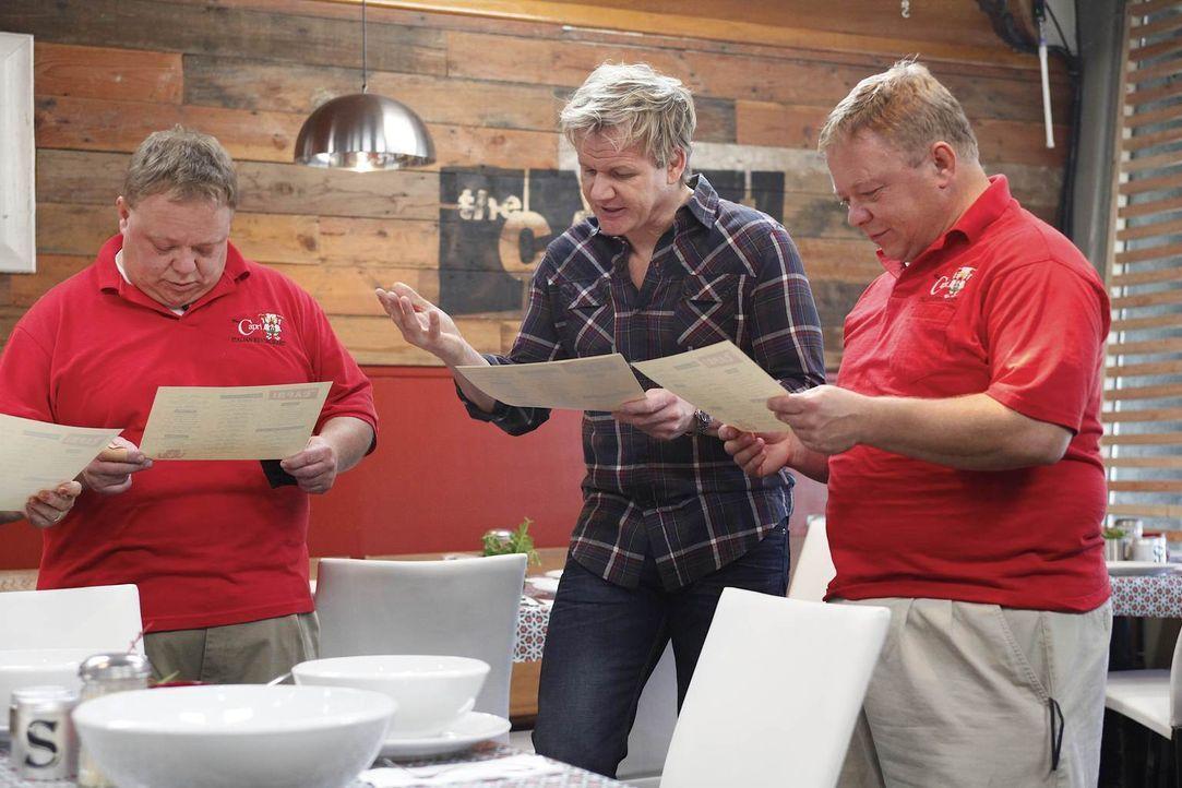 Mehr Ordnung, Strukturen und eine neue Karte: Gordon Ramsay (M.) weiß, was hilft, wenn das Restaurant kurz vor dem Ende steht ... - Bildquelle: Greg Gayne Fox Broadcasting.  All rights reserved.