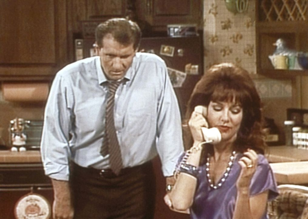Al (Ed O'Neill, l.) ist es leid, dass Peggy (Katey Sagal, r.) das Haushaltsbudget am Telefon verplaudert. - Bildquelle: Sony Pictures Television International. All Rights Reserved.