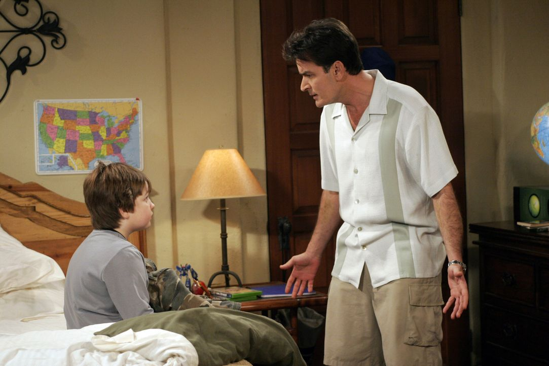 Als Alan einen Termin bei der Steuerbehörde wahrnehmen muss, übernimmt Onkel Charlie (Charlie Sheen, r.) das Erziehungsprogramm von Jake (Angus T. J... - Bildquelle: Warner Bros. Television