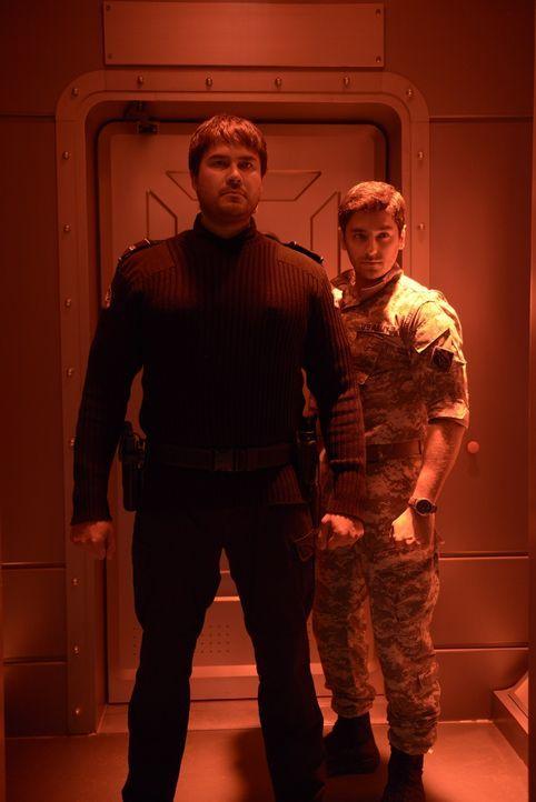 Weder Major Sergio Balleseros (Mark Ghanimé, r.), noch Daniel (Meegwun Fairbrother, l.) sind vertrauenswürdig, oder? - Bildquelle: 2014 Sony Pictures Television Inc. All Rights Reserved.
