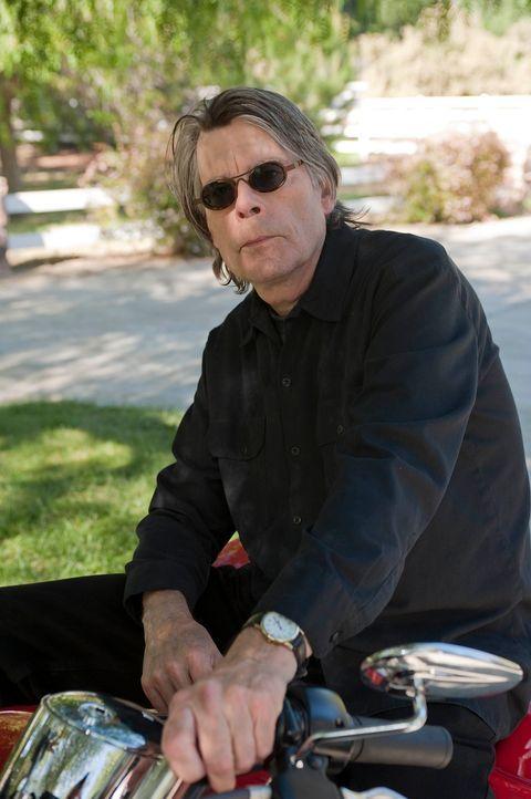 Mit Leichen kennt sich Bachman (Stephen King) aus ... - Bildquelle: 2010 FX Networks, LLC. All rights reserved.