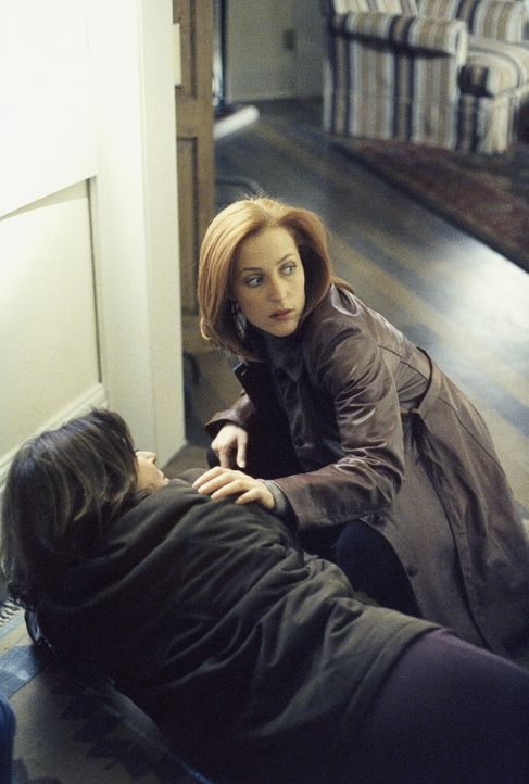 Scully (Gillian Anderson, r.) und Reyes (Annabeth Gish, l.) versuchen, Scullys Sohn vor einer UFO-Sekte zu schützen. - Bildquelle: TM +   Twentieth Century Fox Film Corporation. All Rights Reserved.