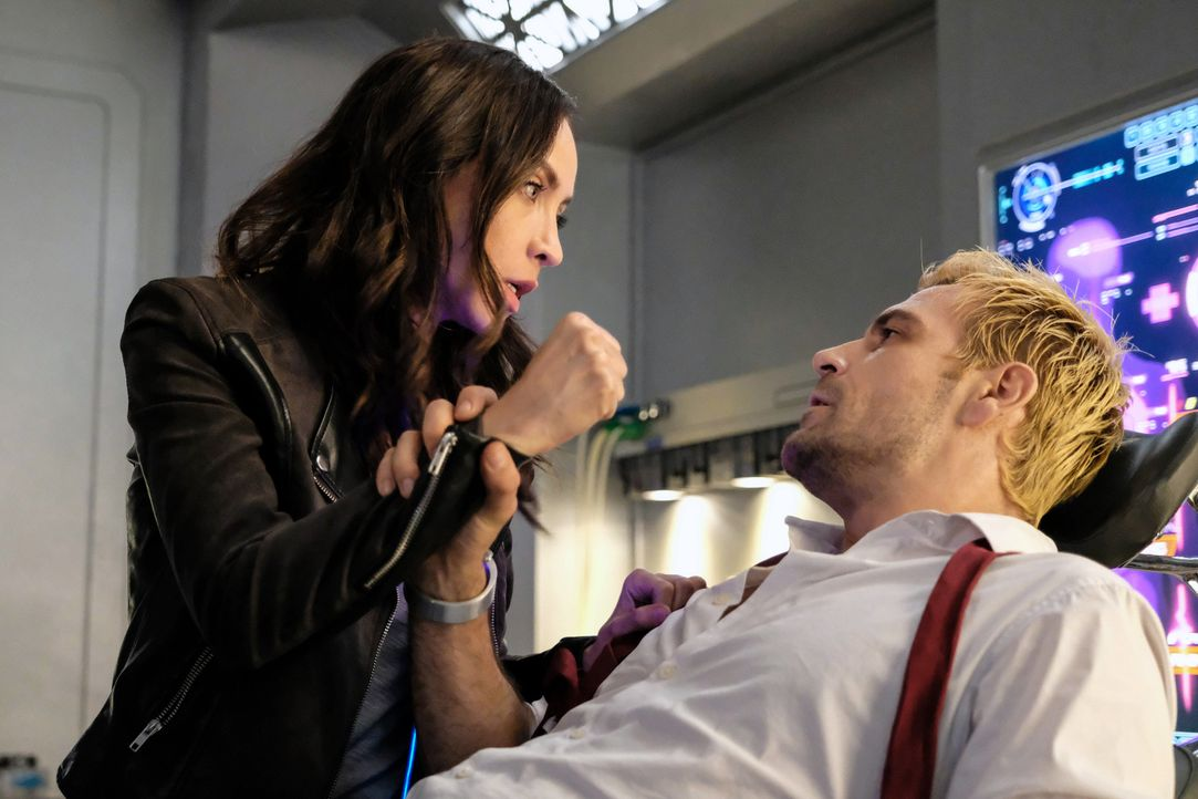 Nora Darhk (Courtney Ford, l.); Constantine (Matt Ryan, r.) - Bildquelle: Bettina Strauss 2018 The CW Network, LLC. All rights reserved. / Bettina Strauss