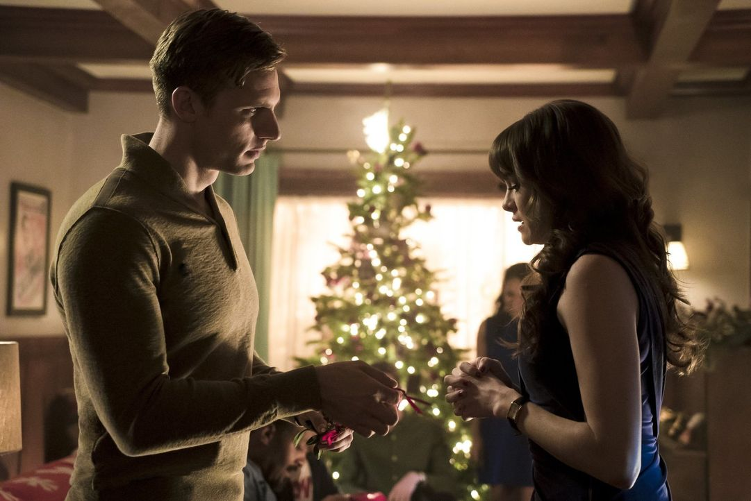 Während sich Jay (Teddy Sears, l.)  und Caitlin (Danielle Panabaker, r.) auf ihr erstes gemeinsames Weihnachten freuen, wird The Flash von Mark Mard... - Bildquelle: 2015 Warner Brothers.