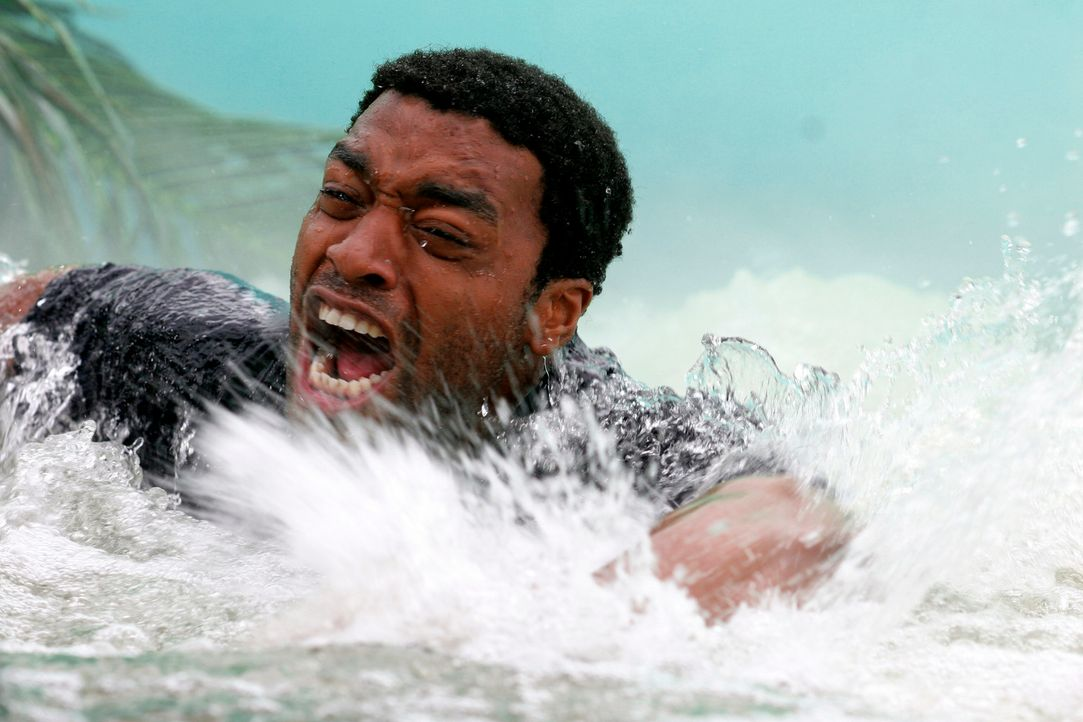 Während seine Frau an einem Tauchkurs teilnimmt, hütet Ian (Chiwetel Ejiofor) die kleine Tochter am Hotelstrand. Da rollt eine Monsterwelle auf das... - Bildquelle: Kerry Brown 2006 Home Box Office Inc. All Rights Reserved.