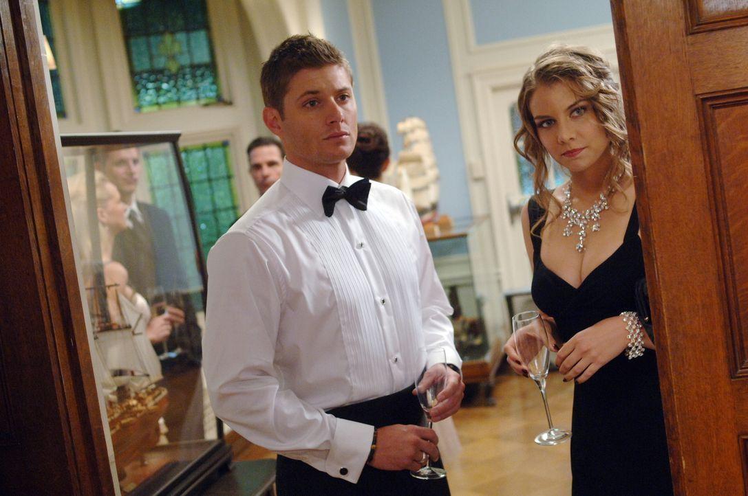 Bela (Lauren Cohan, r.) versucht Sam und Dean (Jensen Ackles, l.) beim Lösen ihres mysteriösen Falles zu helfen. Doch sie handelt nicht ganz selbstl... - Bildquelle: Warner Bros. Television