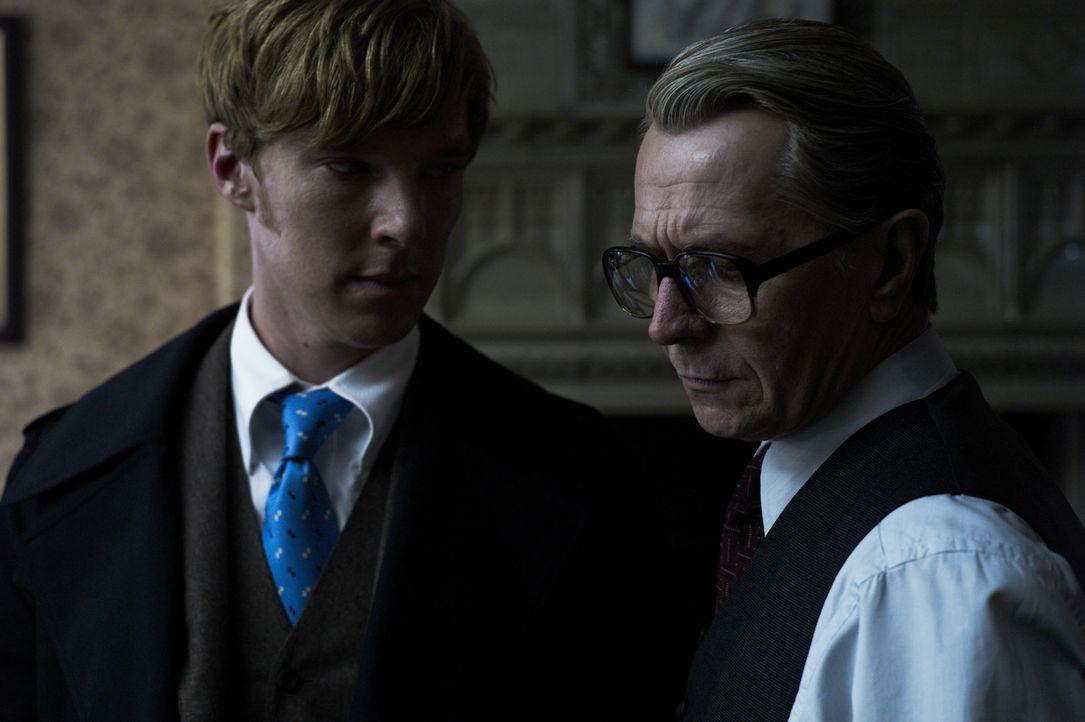 Mit der Hilfe des jungen Peter Guillam (Benedict Cumberbatch, l.) will George Smiley (Gary Oldman, r.) einen Maulwurf entlarven. Doch jeder, der ein... - Bildquelle: Studiocanal GmbH