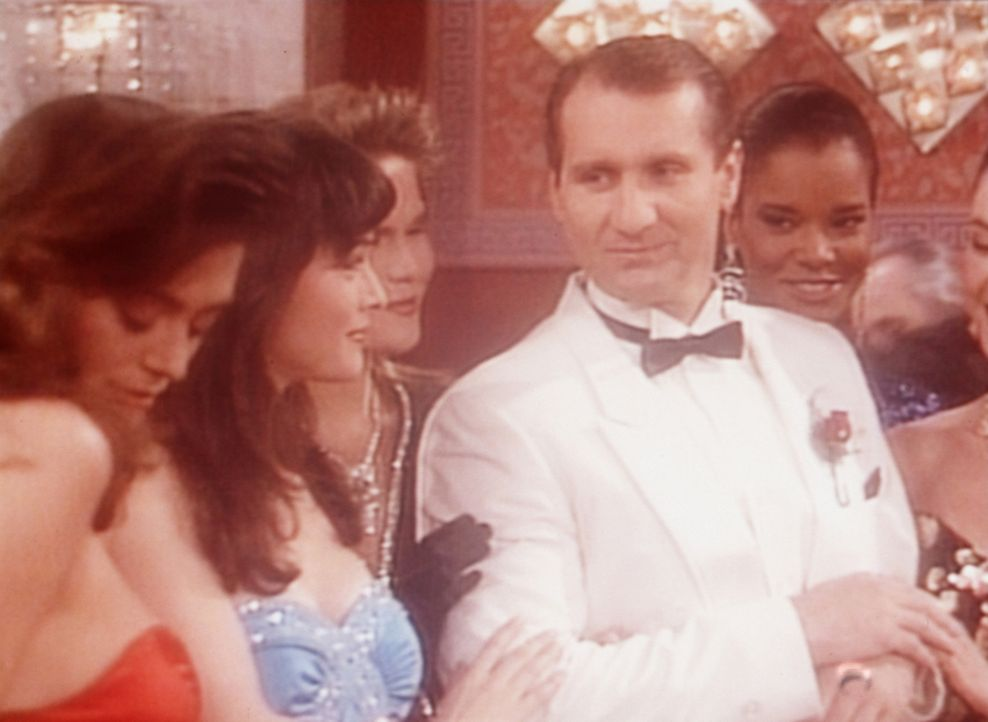 Al (Ed O'Neill, 4.v.l.) träumt davon, ein eleganter, von Frauen umschwärmter Glücksspieler zu sein. - Bildquelle: Sony Pictures Television International. All Rights Reserved.