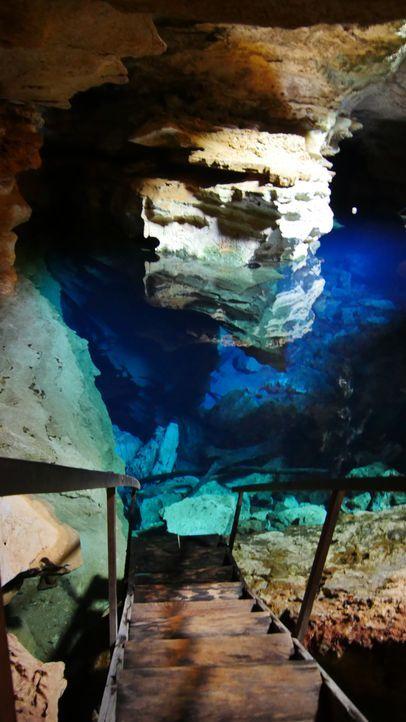 """Diese Treppe führt direkt in das glasklare Wasser des """"Poco Azul"""" in Bahia in Brasilien ... - Bildquelle: 2017,The Travel Channel, L.L.C. All Rights Reserved"""