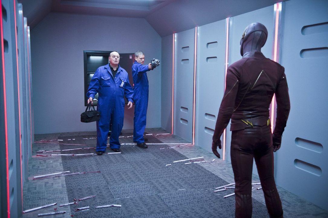 Während Barry alias The Flash (Grant Gustin, r.) versucht, Leonard Snart alias Captain Cold (Wentworth Miller, M.) aus den Fängen seines Vaters Lewi... - Bildquelle: 2015 Warner Brothers.