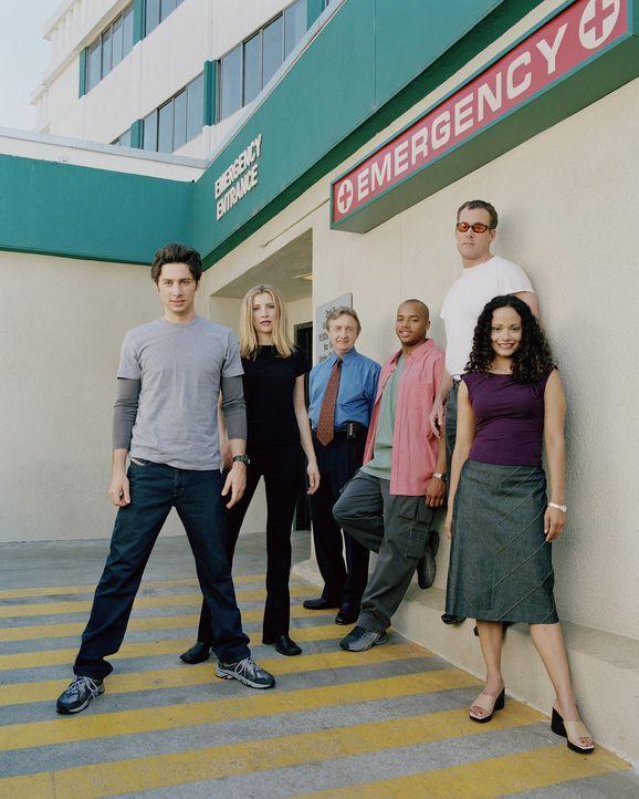 (1. Staffel) - Das Team des Sacred Heart Hospitals: John Dorian (Zach Braff, l.), Elliot (Sarah Chalke, 2.v.l.), Dr. Bob Kelso (Ken Jenkins, 3.v.l.)... - Bildquelle: Touchstone Television