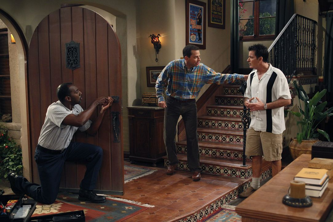 Um vor Alan (Jon Cryer, M.) Sicher zu sein, lässt Charlie (Charlie Sheen, r.) vom Schlüsseldienst (Rodney J. Hobbs, l.) das Türschloss auswechseln .... - Bildquelle: Warner Brothers Entertainment Inc.