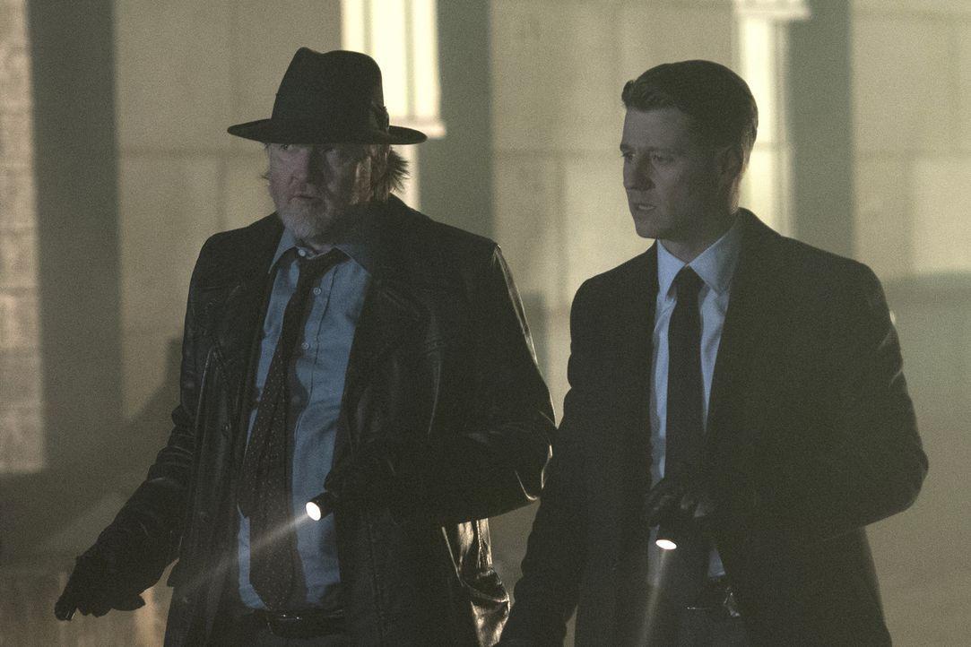 Während sich Bullock (Donal Logue, l.) und Gordon (Ben McKenzie, r.) mit einer Gruppe Bösewichte herumärgern müssen, erhält Barbara ein besonderes A... - Bildquelle: 2017 Warner Bros.