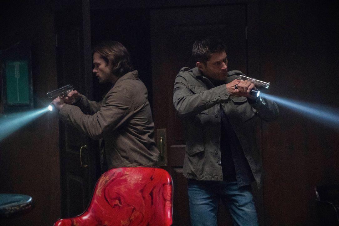Sam (Jared Padalecki, l.); Dean (Jensen Ackles, r.) - Bildquelle: Jack Rowand 2017 The CW Network, LLC. All Rights Reserved / Jack Rowand
