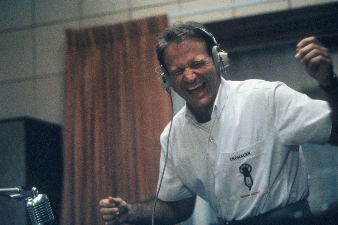 Vietnam 1965: Kurz vor der ersten US-Großinvasion revolutioniert der Radio-DJ Adrian Cronauer (Robin Williams) einen langweiligen Army-Sender in Sai... - Bildquelle: Touchstone Pictures