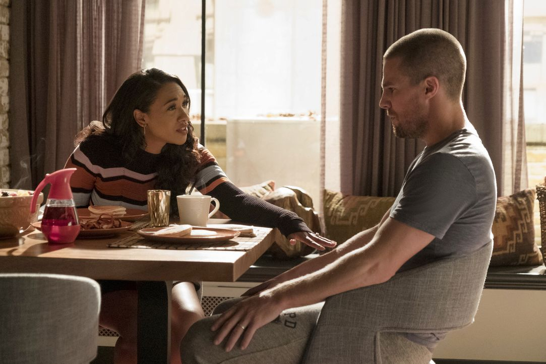 Iris (Candice Patton, l.); Oliver alias Flash (Stephen Amell, r.) - Bildquelle: Katie Yu 2018 The CW Network, LLC. All rights reserved.