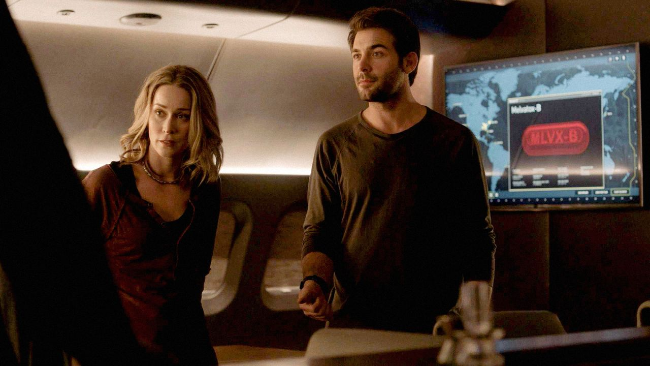 Jackson (James Wolk, r.) bittet Tessa (Hilary Jardine, l.), sich von ihm fernzuhalten - wird sie ihn wirklich endgültig verlassen? - Bildquelle: 2017 CBS Broadcasting, Inc. All Rights Reserved