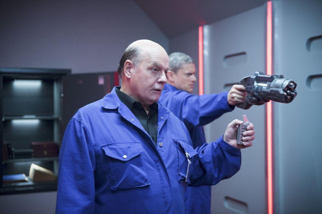 Wird Leonard Snart alias Captain Cold (Wentworth Miller, r.) im Auftrag seines Vaters Lewis Snart (Michael Ironside, l.) sogar The Flash töten? - Bildquelle: 2015 Warner Brothers.