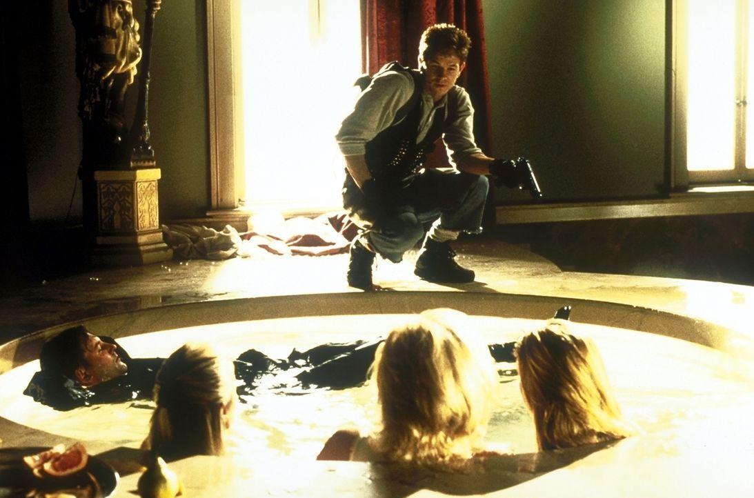 Profikiller Melvin Smiley (Mark Wahlberg, hinten) führt ein schönes Leben mit viel Geld und zwei Frauen. Doch dann entführen seine Freunde die Paten... - Bildquelle: Columbia Pictures