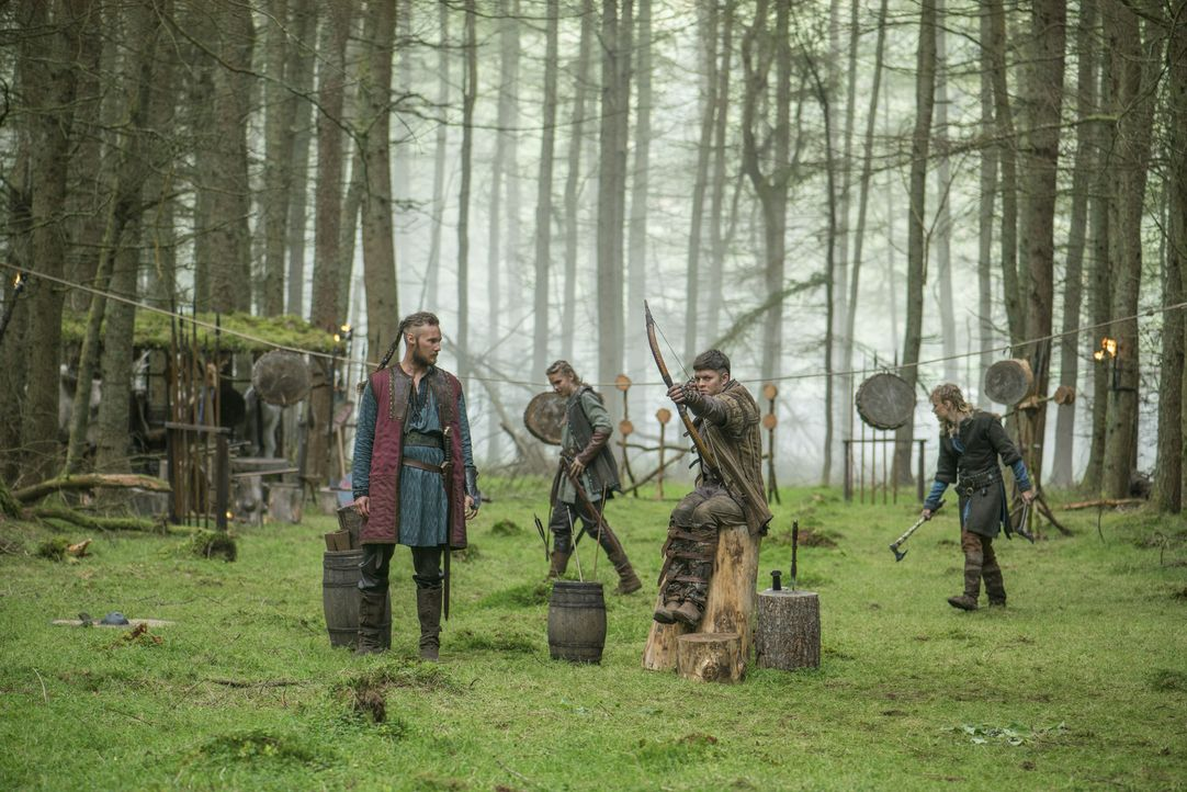 Ragnar plant, nach England zu segeln, um sich wegen der zerstörten Bauernsiedlung zu rächen. Doch werden seine Söhne Ivar (Alex Høgh Andersen, 2.v.r... - Bildquelle: 2016 TM PRODUCTIONS LIMITED / T5 VIKINGS III PRODUCTIONS INC. ALL RIGHTS RESERVED.