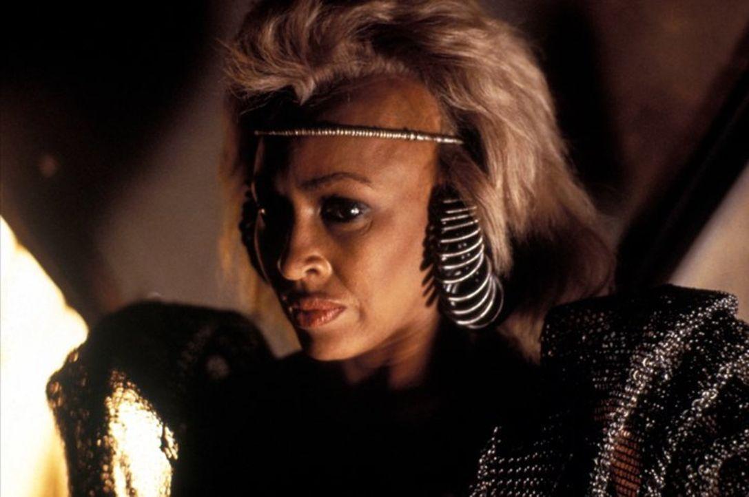 Regiert mit eiserner Hand über die Stadt Bartertown: Auntie Entity (Tina Turner, r.) ... - Bildquelle: Warner Bros.