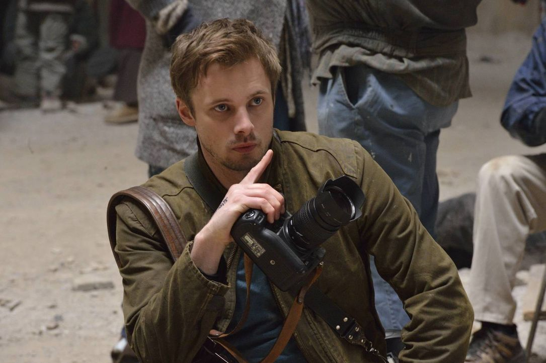 Ein traumatisierendes Erlebnis in Syrien verfolgt den Kriegsfotografen Damien Thorn (Bradley James) und zwingt ihn schließlich, sich mit seiner wahr... - Bildquelle: Ben Mark Holzberg 2016 A&E Television Network, LLC. All rights reserved.